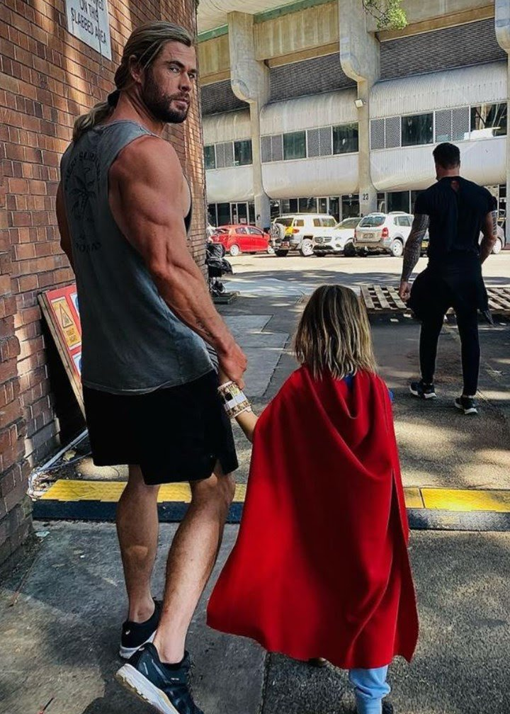Chris Hemsworth's bulging arm and skinny legs has social media talking!!!