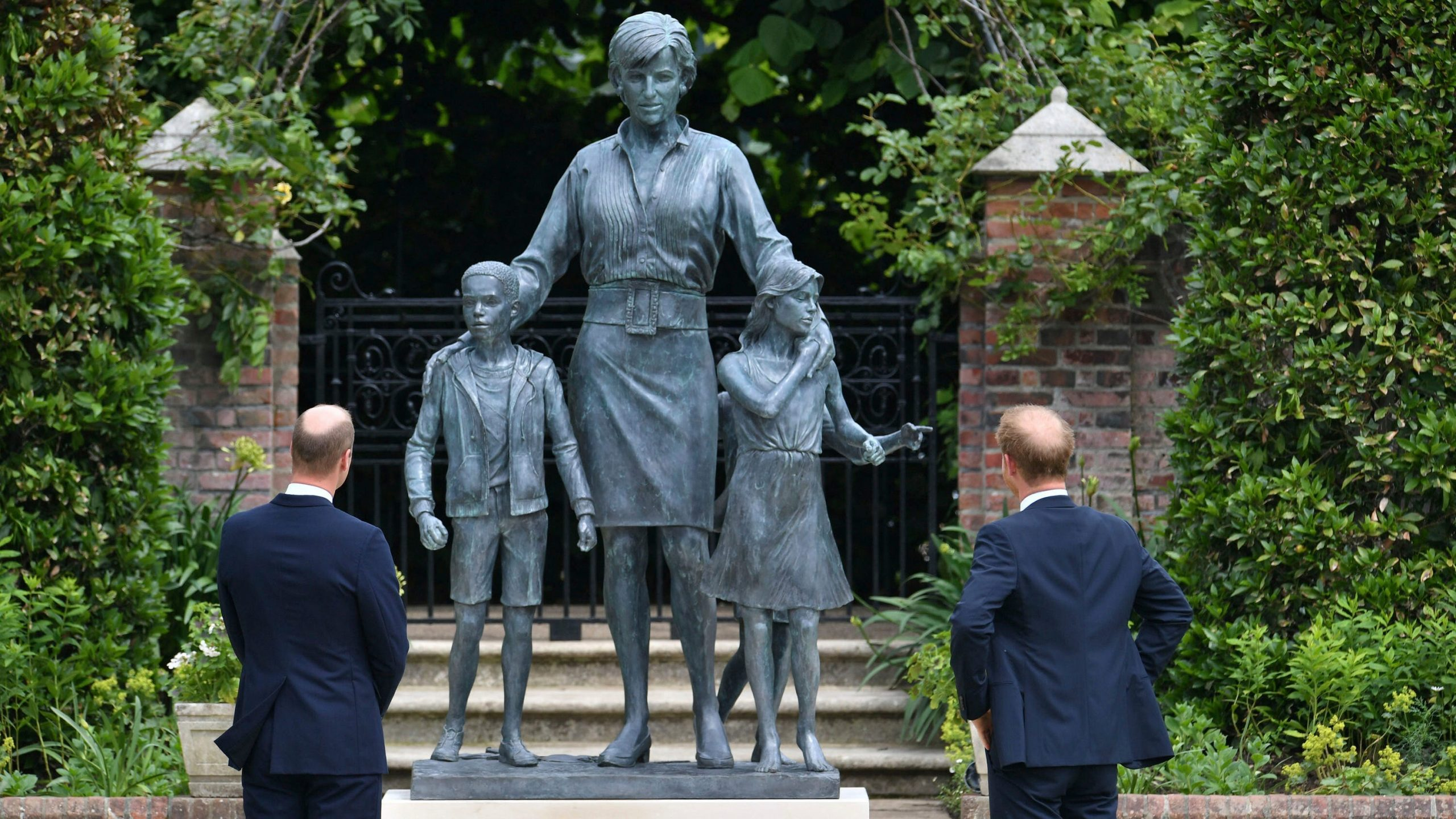 Princess Harry and William reunite to present the late statue of Mother Diana