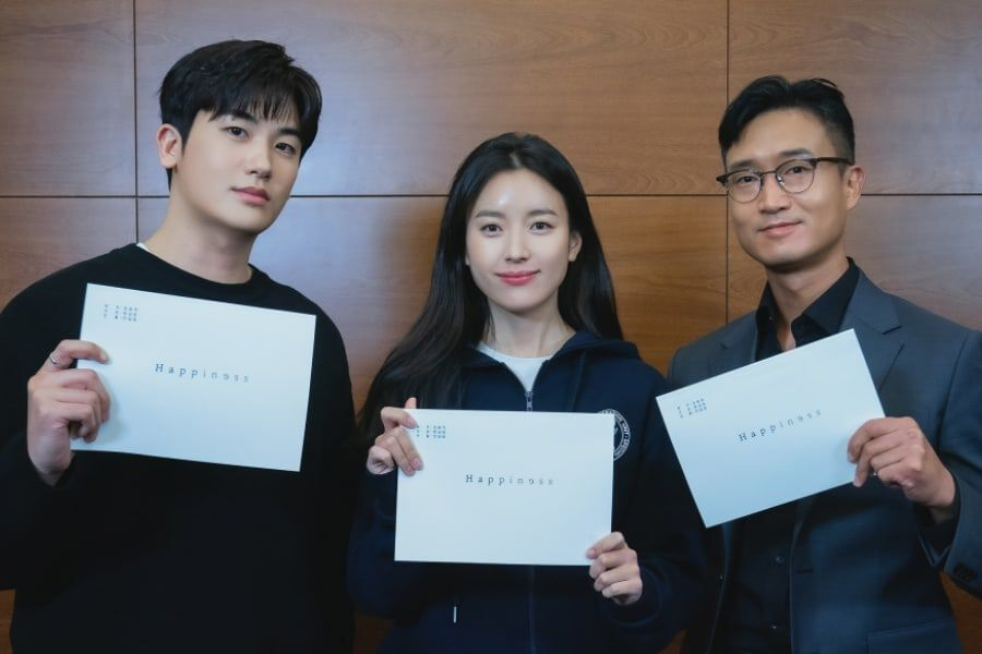"""New Teasers from tvN's """"Happiness"""" Released! Park Hyung Sik and Han Hyo Joo Seen with Scripts"""